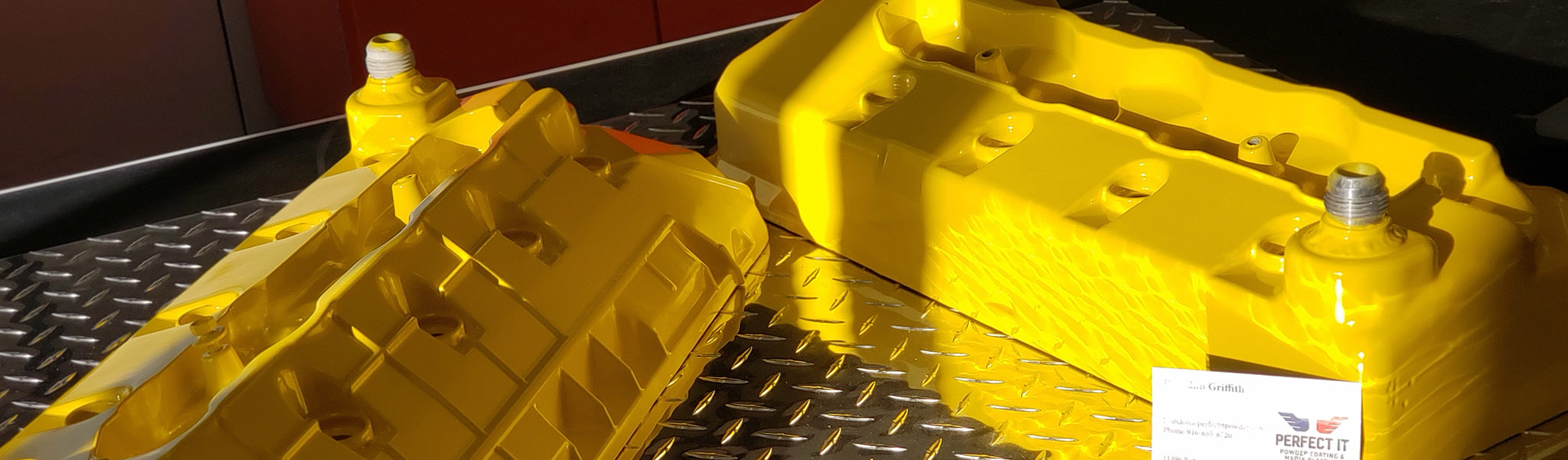 Valve cover with high-heat yellow ceramic coating